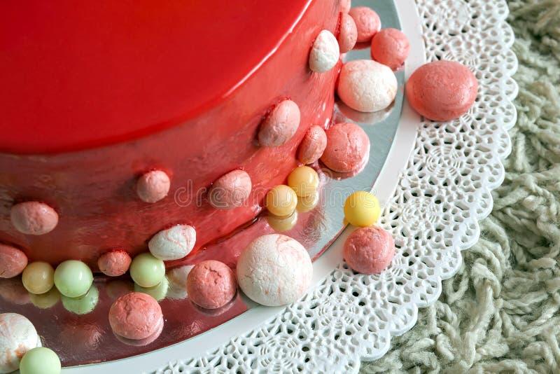 Torta di compleanno rossa casalinga con i baloons dell'aria fotografie stock libere da diritti