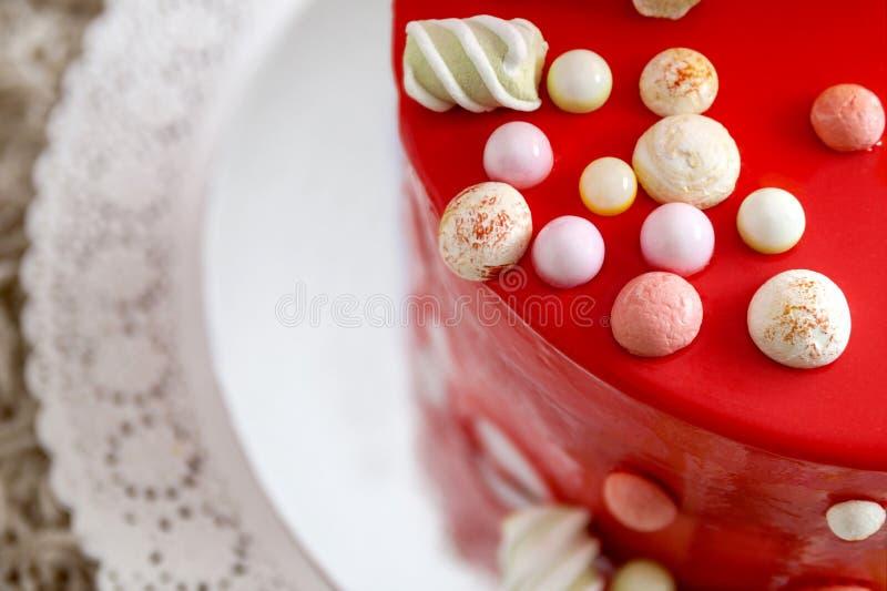 Torta di compleanno rossa casalinga con i baloons dell'aria immagine stock
