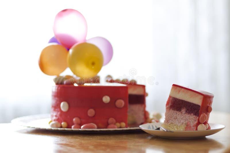 Torta di compleanno rossa casalinga con i baloons dell'aria Fetta di velv rosso immagini stock