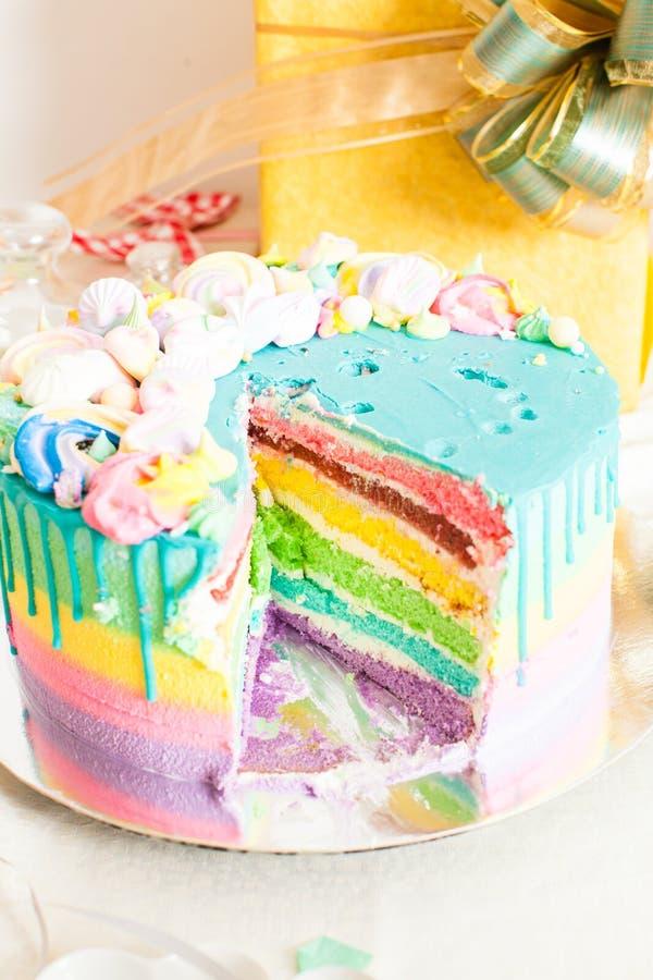 Torta di compleanno saporita multicolore fotografia stock