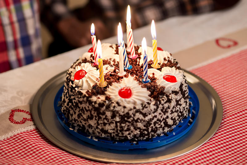 Torta di compleanno sulla tavola fotografia stock
