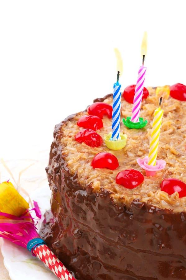 Torta di compleanno tedesca del cioccolato con le candele accese fotografia stock libera da diritti