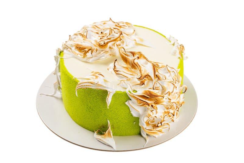 Torta di compleanno verde con meringa italiana isolata su bianco immagine stock libera da diritti