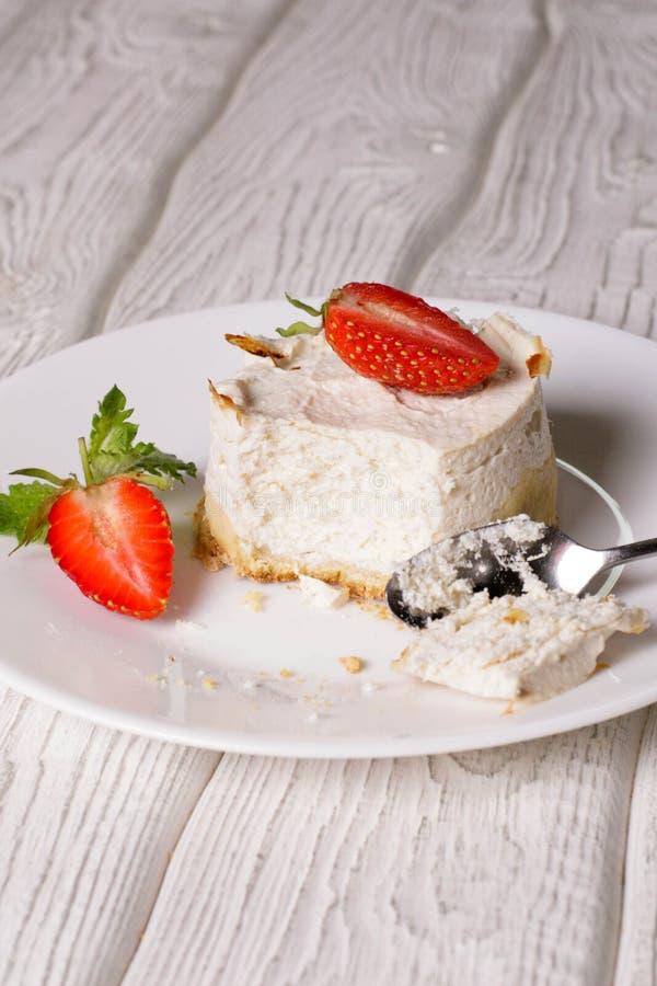 Torta di formaggio casalinga della vaniglia con le fragole fresche immagine stock