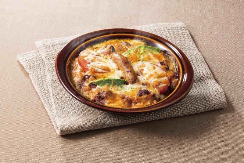 Torta di formaggio in ciotola nera con il fungo e le verdure di saussage immagini stock libere da diritti
