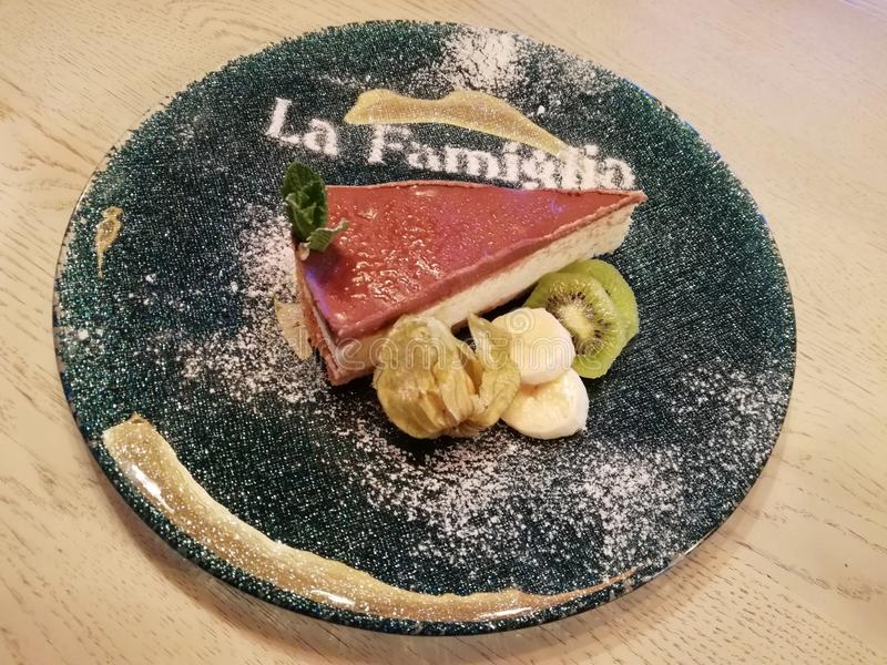 Torta di formaggio con cioccolato ed i frutti fotografia stock libera da diritti