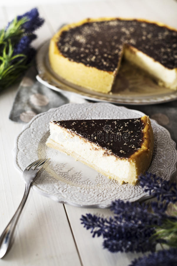 Torta di formaggio con la glassa del cioccolato immagini stock libere da diritti