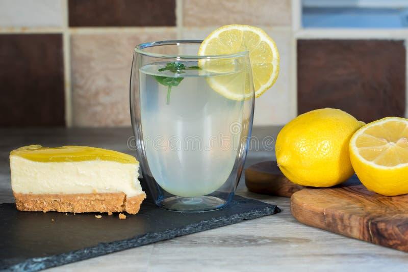 Torta di formaggio del limone Limonata organica casalinga appena preparato autentica immagini stock