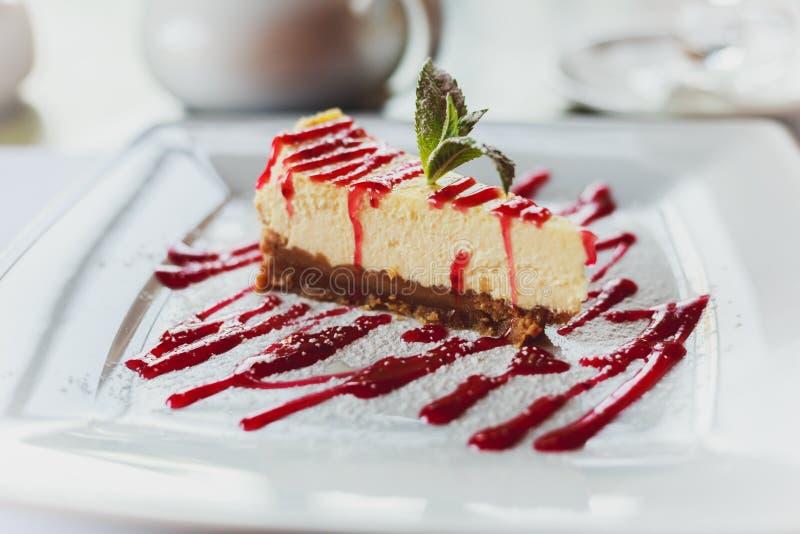 Torta di formaggio deliziosa del dessert con la marmellata di amarene immagini stock