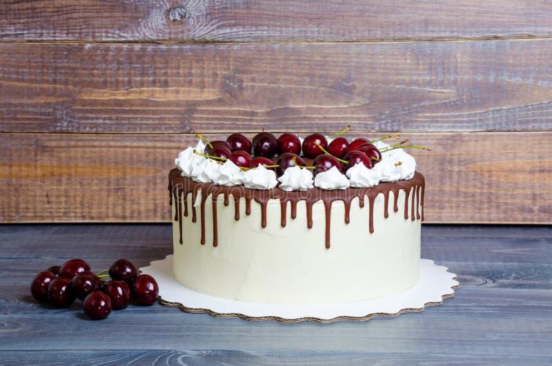 Torta di formaggio della crema della ciliegia del cioccolato e merengues croccanti fotografia stock libera da diritti