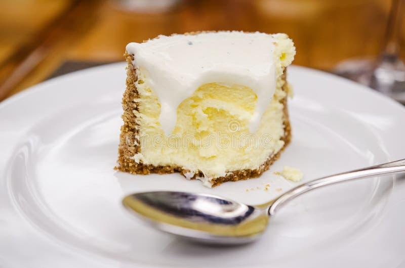 Torta di formaggio della vaniglia con i lamponi fotografie stock libere da diritti