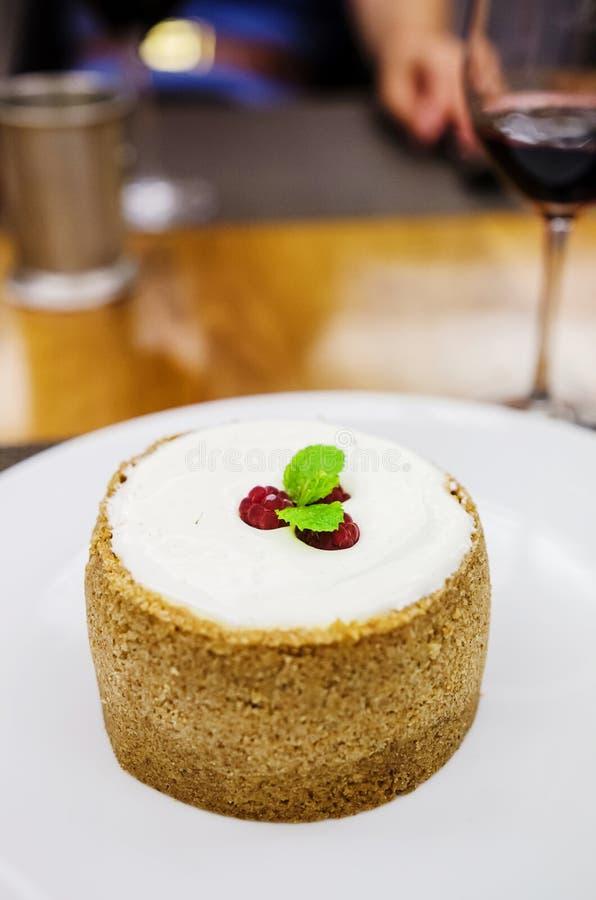 Torta di formaggio della vaniglia con i lamponi immagine stock libera da diritti