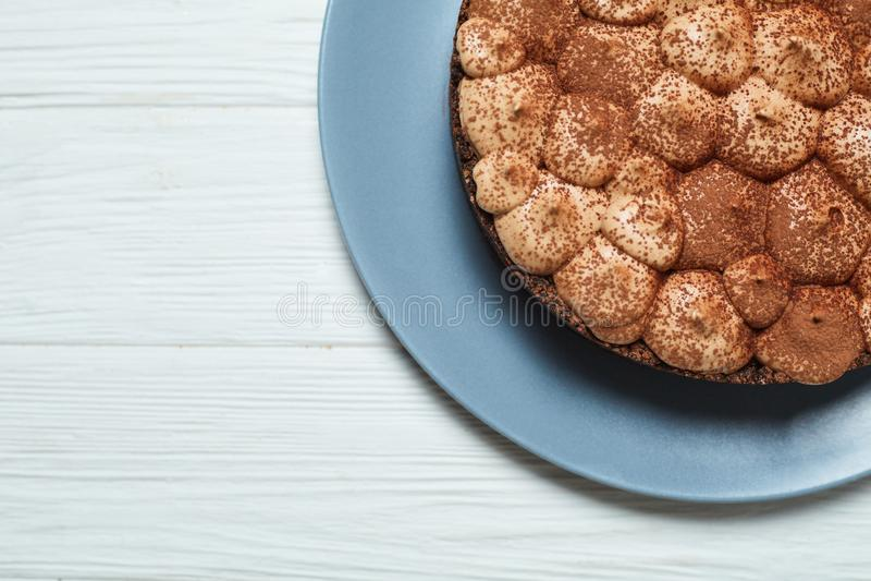 Torta di formaggio della vaniglia con la crema ed il cacao del cioccolato al latte immagine stock libera da diritti