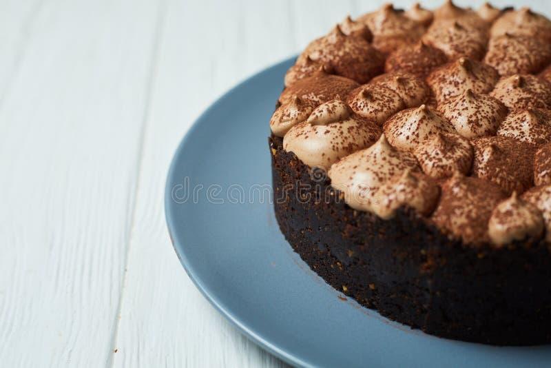 Torta di formaggio della vaniglia con la crema ed il cacao del cioccolato al latte immagini stock