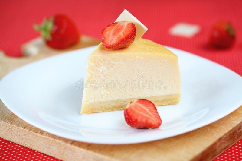 Torta di formaggio della vaniglia con le fragole fotografie stock
