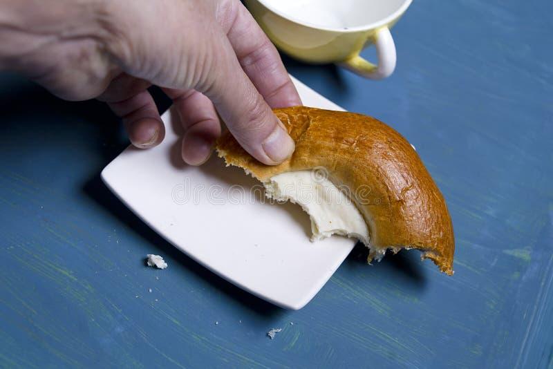 Torta di formaggio mangiatrice di uomini immagini stock libere da diritti