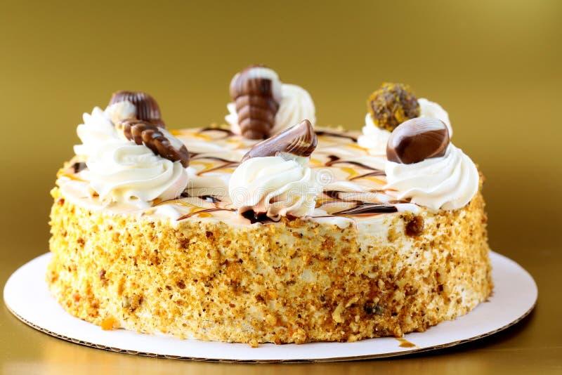 Torta di glassa crema bianca con cioccolato fotografie stock libere da diritti