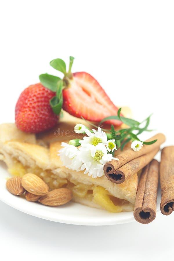 Torta di mele, cannella, camomilla e fragole fotografia stock