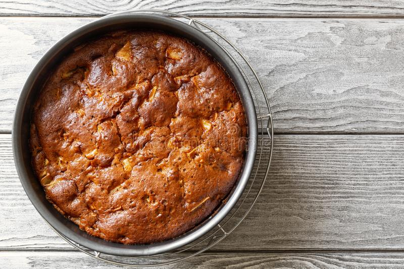 Torta di mele casalinga Charlotte del vegano in piatto bollente immagine stock