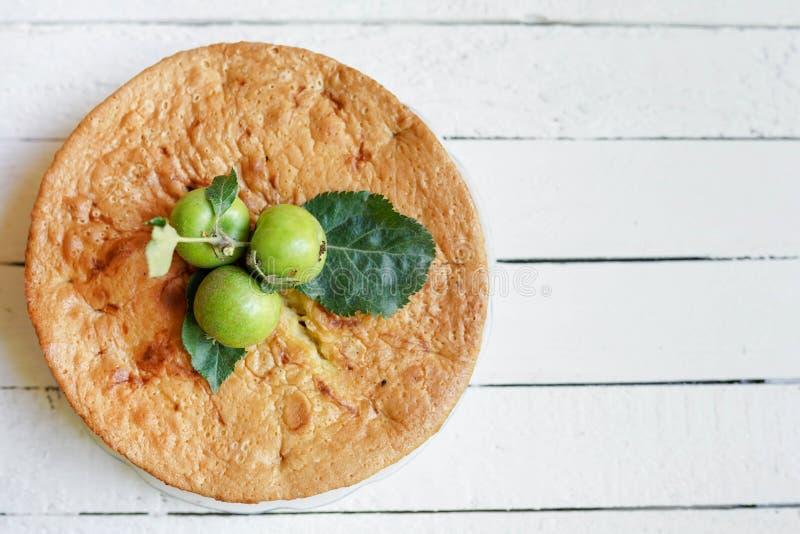 Torta di mele casalinga saporita su fondo di legno bianco con lo spazio della copia fotografia stock