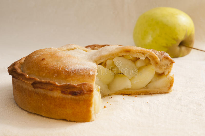 Torta di mele con Apple mancante e fresco della fetta immagini stock libere da diritti
