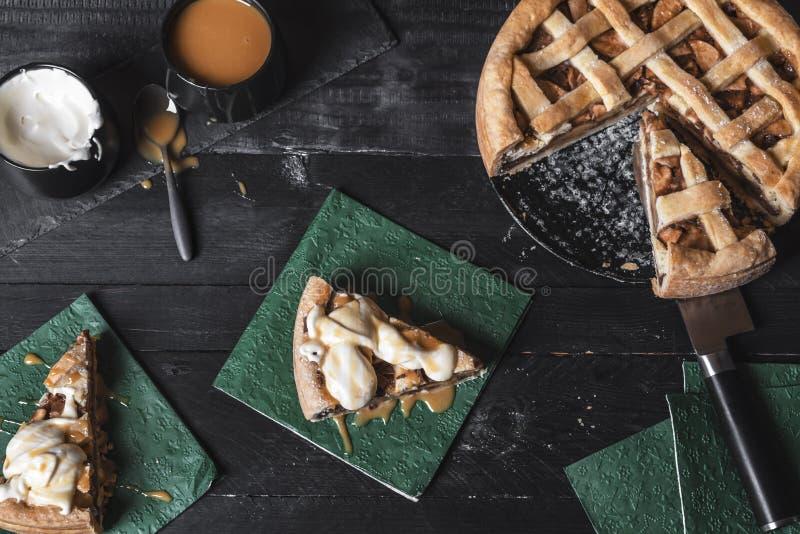 Torta di mele con crema e caramello Vista superiore PA dolce tradizionale fotografia stock