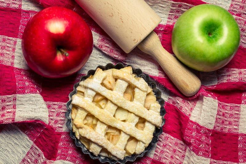 Torta di mele con i frutti e un matterello immagini stock