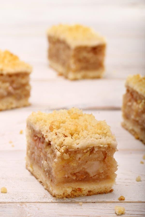 Torta di mele con la briciola su fondo bianco fotografia stock