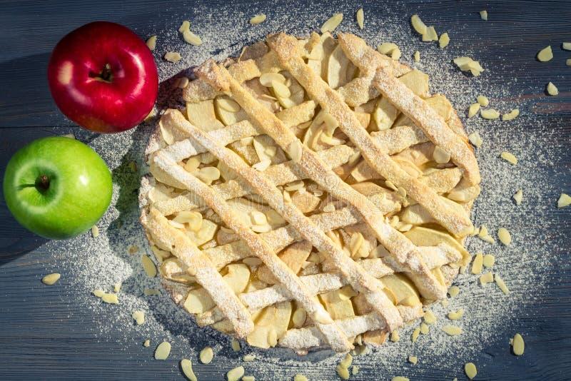 Torta di mele con le mandorle, lo zucchero a velo e le mele immagine stock