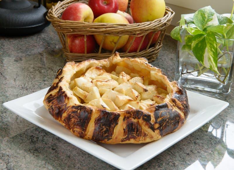 Torta di mele con le mele nel fondo immagine stock libera da diritti