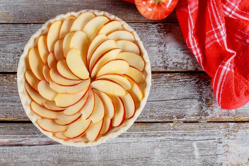 Torta di mele cruda sulla tavola di legno Ready per cottura fotografia stock libera da diritti