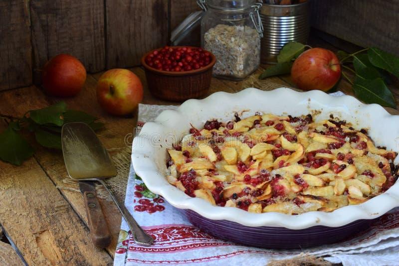 Torta di mele organica casalinga con l'uva di monte su fondo di legno La bacca ed i frutti agglutinano pronto da mangiare Cottura immagine stock libera da diritti