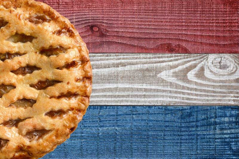 Torta di mele su fondo patriottico immagine stock libera da diritti