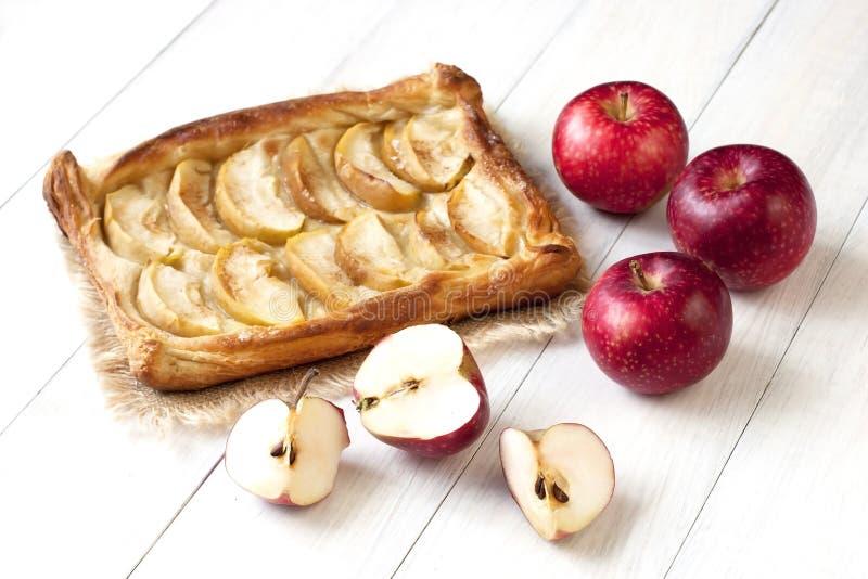 Torta di mele sulla tavola di legno con le mele fresche immagini stock libere da diritti