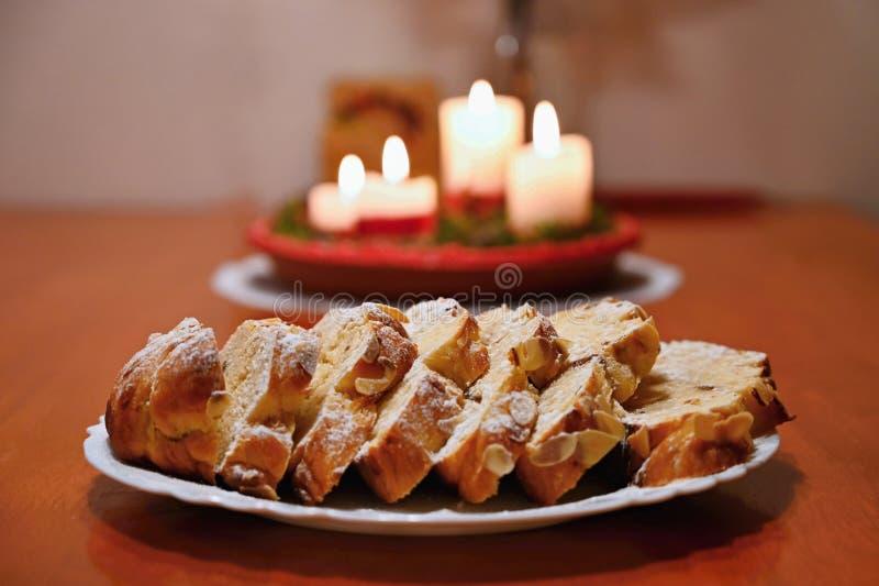 Torta di natale Il dolce dolce eccellente ceco tradizionale per il Natale condisce Decorato con le mandorle e sudato immagine stock