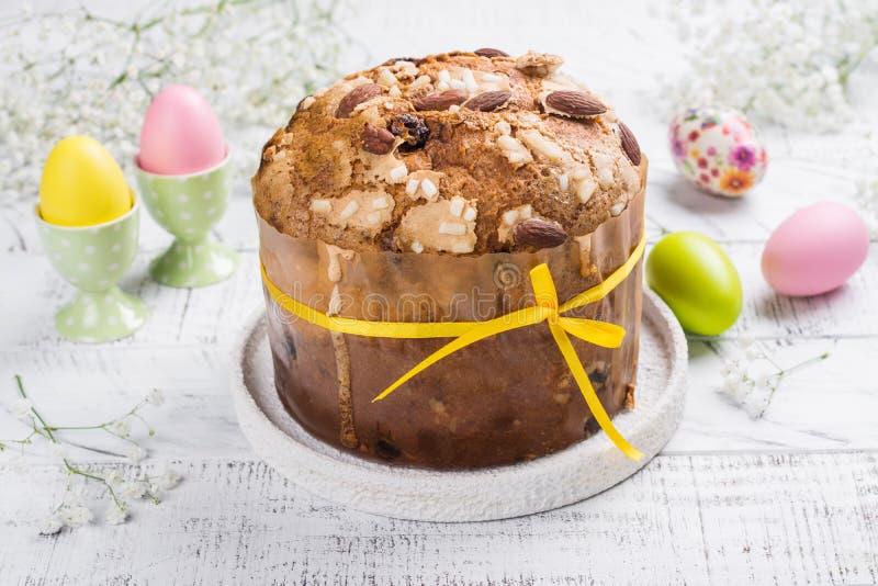 Torta di Pasqua ed uova colorate fotografia stock libera da diritti