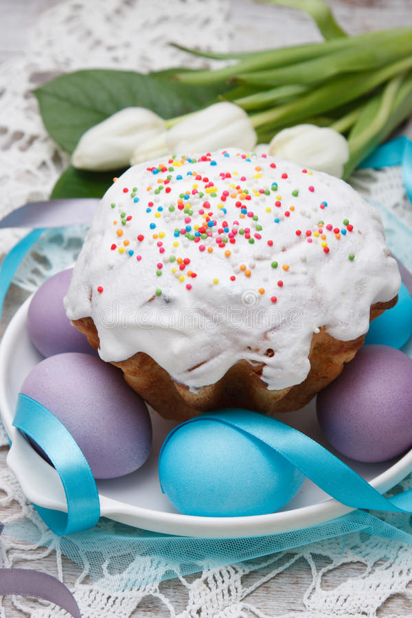 Torta di Pasqua ed uova variopinte immagine stock libera da diritti