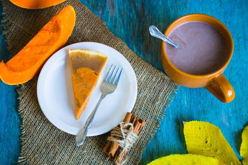 Torta di Pumpking sullo scrittorio di legno blu Cena di ringraziamento Autunno fotografia stock libera da diritti