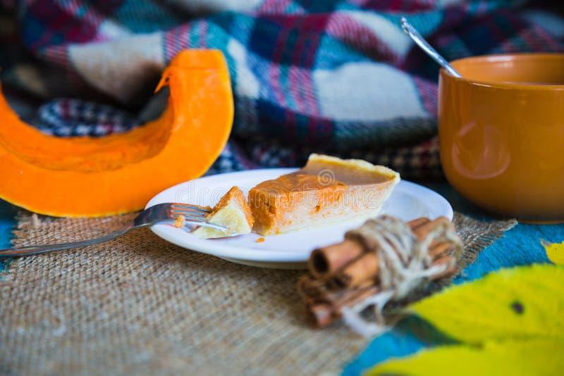 Torta di Pumpking sullo scrittorio di legno blu pranzo Autunno fotografia stock libera da diritti