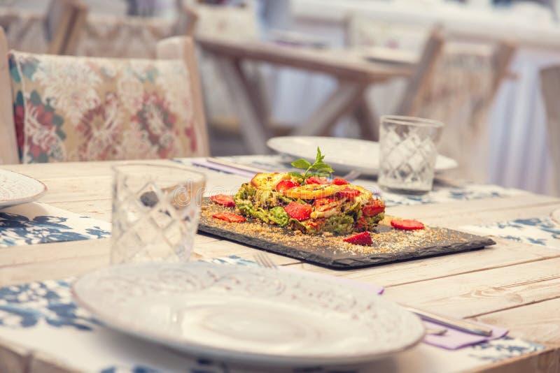 Torta di verdure con la decorazione su una tavola fotografia stock