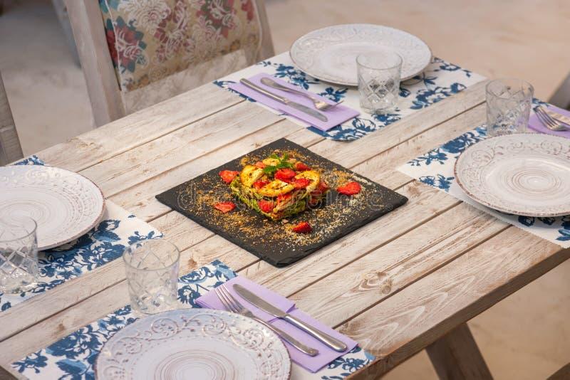 Torta di verdure con la decorazione su una tavola fotografia stock libera da diritti