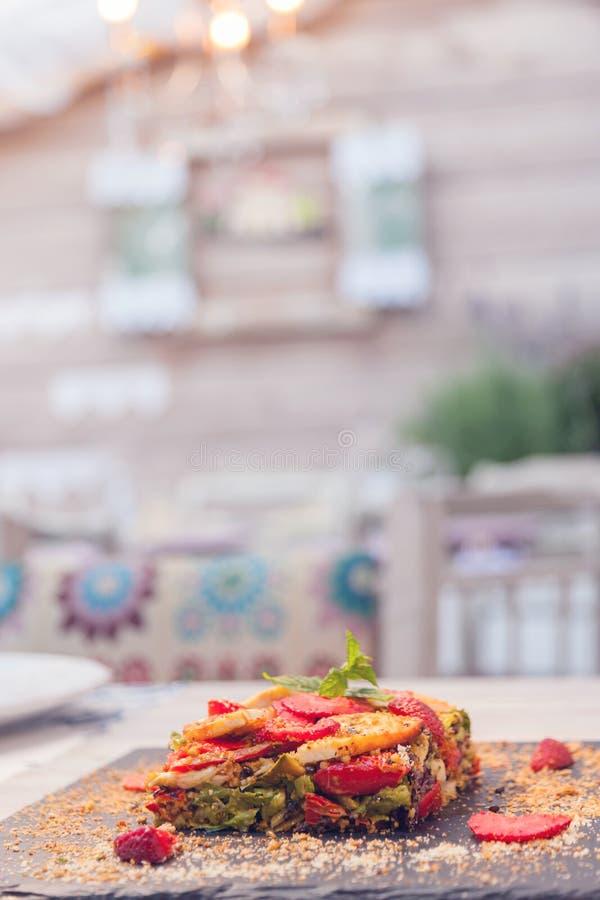 Torta di verdure con le fragole fotografia stock libera da diritti