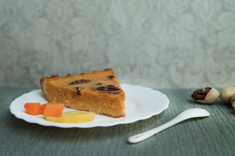 Torta di zucca con il limone, la cannella ed i pecan Giorno di ringraziamento immagini stock libere da diritti