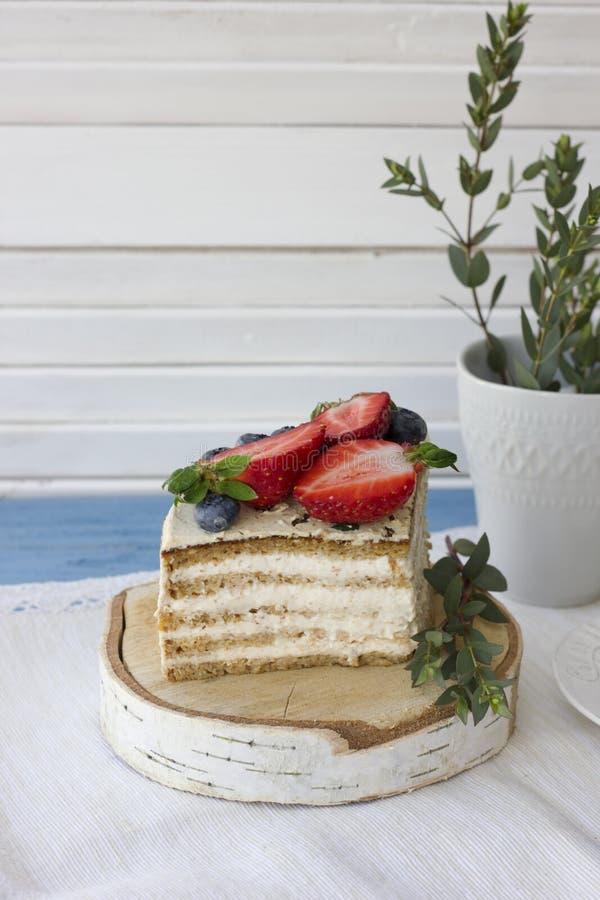 Torta dietética con las bayas Pedazo de torta Postre delicioso, sano T imágenes de archivo libres de regalías