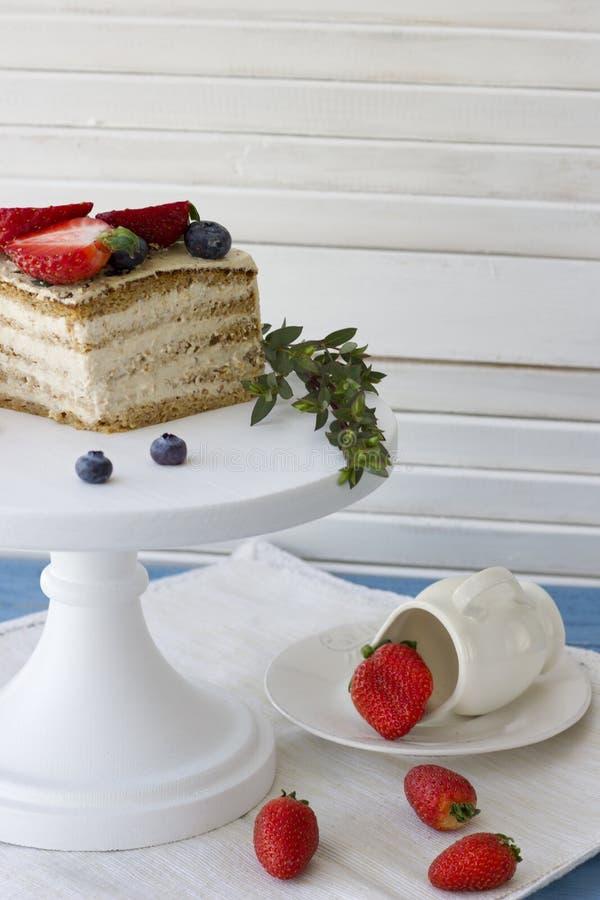 Torta dietética con las bayas Pedazo de torta Postre delicioso, sano T imagen de archivo libre de regalías