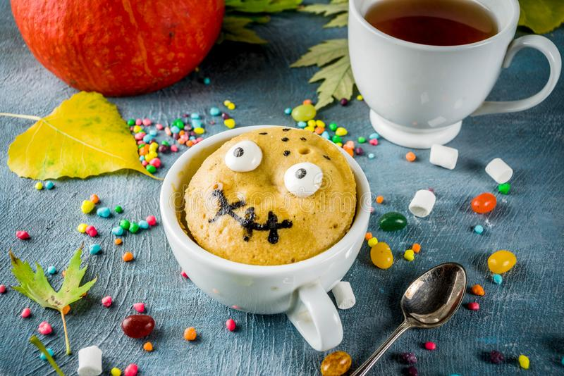 Torta divertida de la taza para Halloween fotografía de archivo
