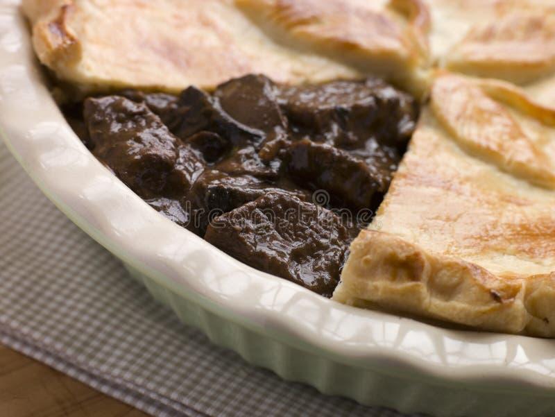 Torta do bife e da cerveja inglesa com pastelaria curta da crosta foto de stock