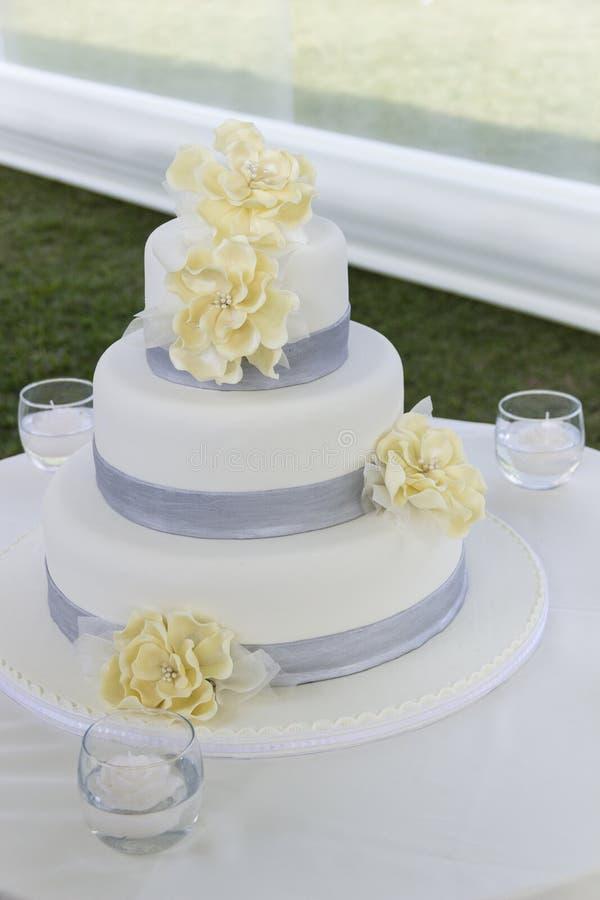 Download Torta 8 do casamento foto de stock. Imagem de amarelo - 80100128