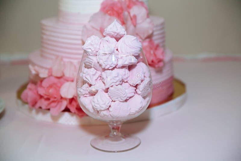 Torta 8 do casamento Marshmallow da barra de chocolate na tabela em um vaso, em um bolinho de amêndoa, e em um queque, baunilha d imagens de stock