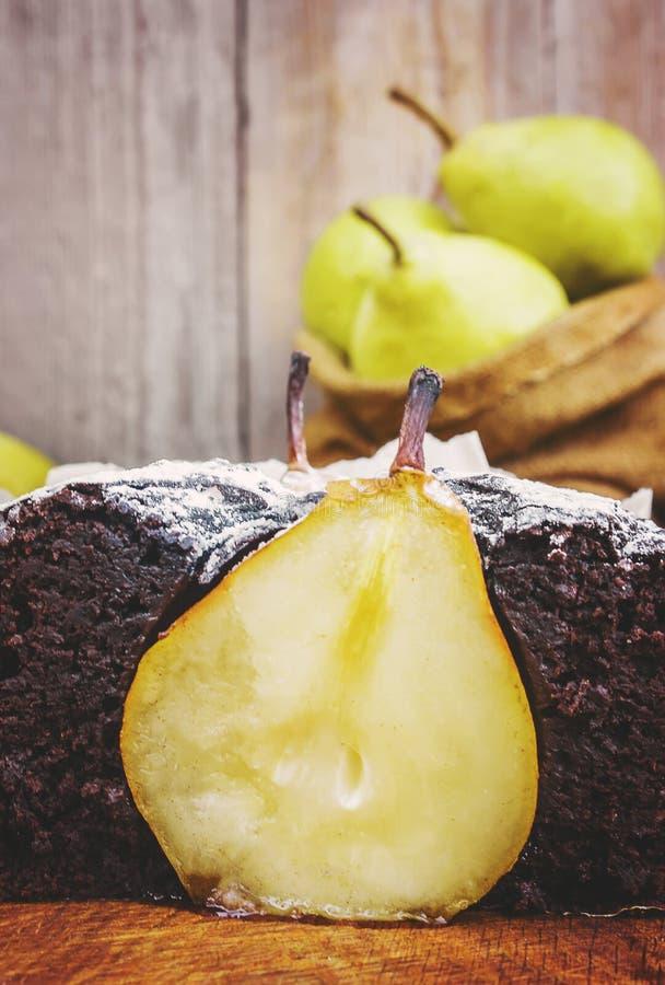 Torta do chocolate com peras fotografia de stock